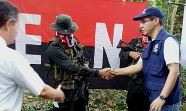 Membro do ELN é visto em uma área rural em Saravena, departamento de Arauca, na Colômbia Foto: HO / AFP