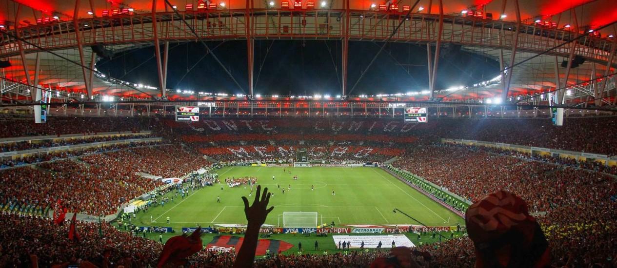 O Maracanã colorido de vermelho e preto na final da Copa do Brasil de 2013, vencida pelo Flamengo contra o Atlético-PR em novembro daquele ano Foto: Pedro Kirilos / Agência O Globo