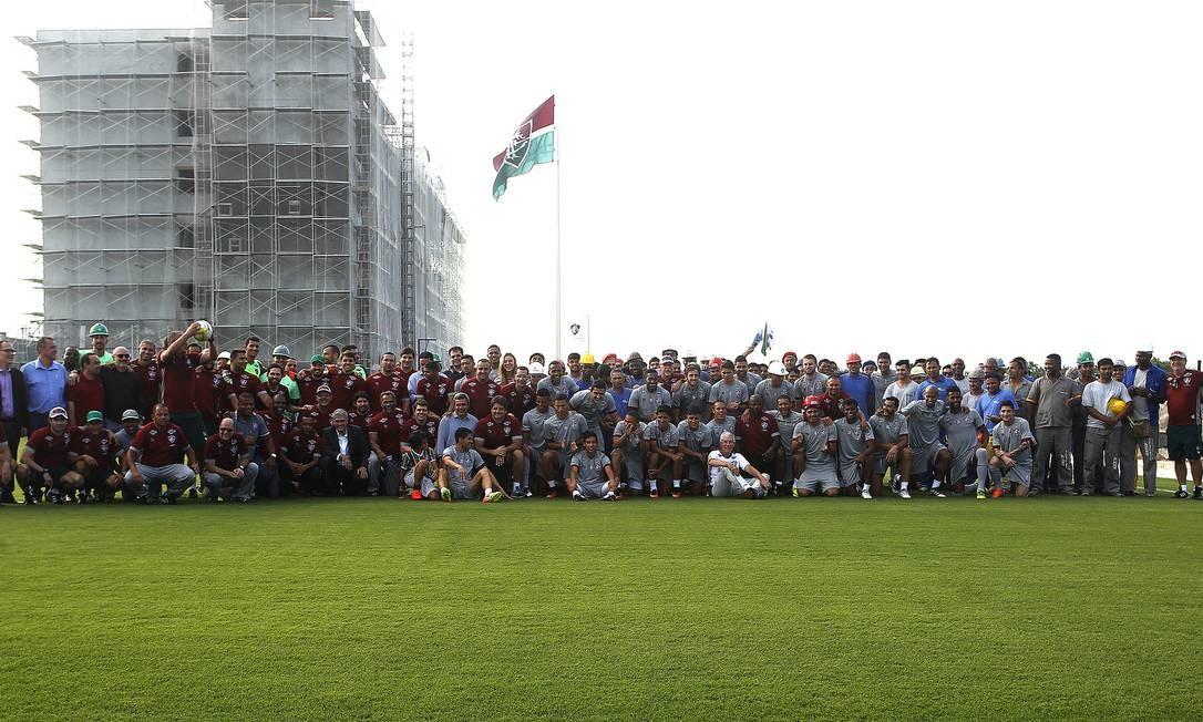Jogadores e funcionários do Fluminense reunidos no primeiro treino do novo CT tricolor Foto: Nelson Perez/Divulgação Fluminense