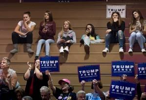 >Desabafo na rede> Grupo de adolescentes ouve Trump num comício em Ambridge, Pensilvânia: comentários ofensivos atacados na interne Foto: JEFF SWENSEN / JEFF SWENSEN/AFP