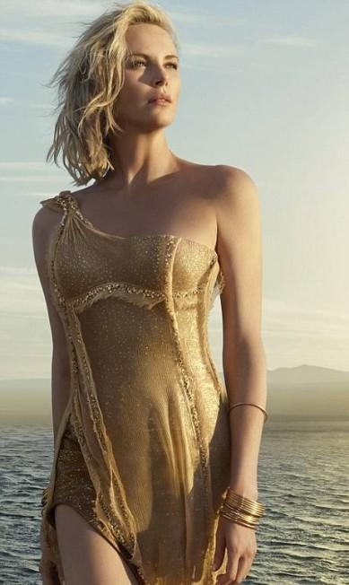 Charlize Theron sendo Charlize Theron: linda. A atriz, de 41 anos, estrela novamente a campanha do perfume J'Adore, da Dior, e mostrou formas impecáveis num vestido dourado Divulgação / Dior