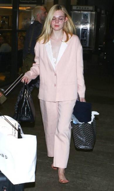 Elle, que trabalha desde os 3 anos, não só circulou descalça pela área de desembarque, como também pela parte externa no aeroporto AKM_GSI