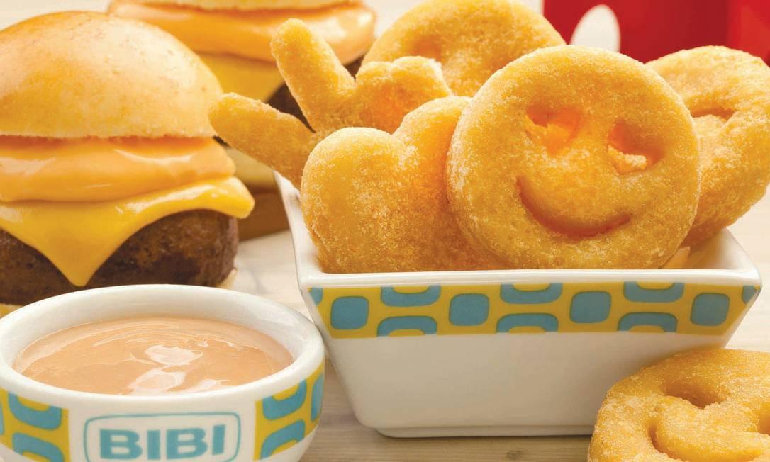 Durante todo o mês de outubro, a pedida na Bibi Sucos é o Combo Kids (R$19,90): dois mini-hambúrgueres de um blend especial e queijos prato e cheddar, servidos com batatas smiles, de coração e outros formatos, e molho good stuff (melado, vinagre de arroz, catchup e maionese). Ah, ainda tem um chaveiro de brinde Ph Studio / Divulgação