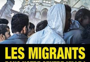 Cartazes mostram vários homens mobilizados em massa diante da catedral de Beziers Foto: Reprodução Twitter