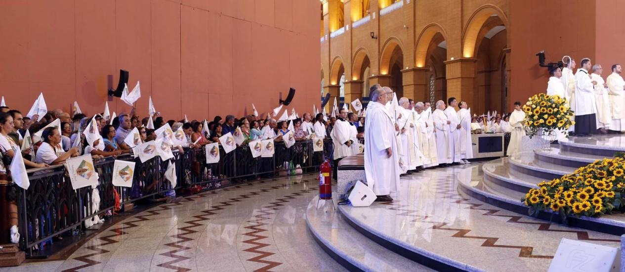 Fiéis participam de missa no santuário de Aparecida: vigília começou na madrugada Foto: Edilson Dantas / Agência O Globo