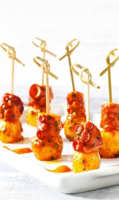 Para beliscar, os espetinhos de polvo com batata, pimentão vermelho e tomilho são destaque no Meza Bar (R$32) Estúdio Rio Foto / Divulgação