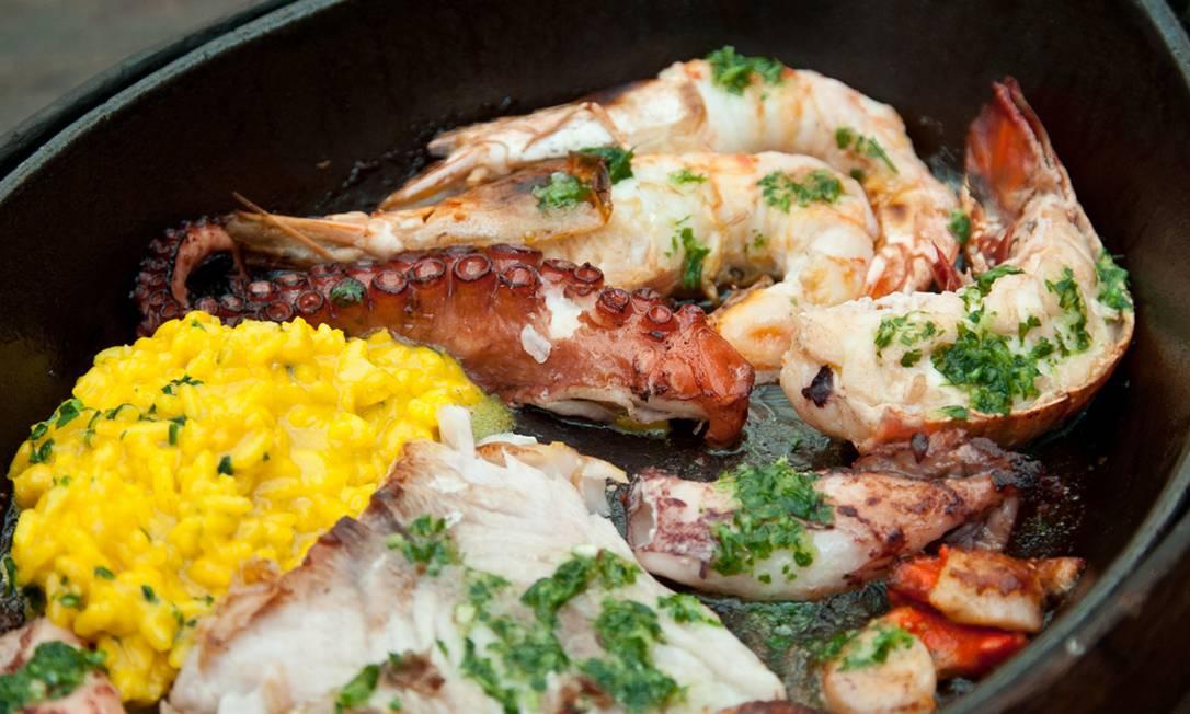 O Rubaiyat Rio, conhecido por seus cortes de carne, também aposta nos frutos do mar. O caixote marinho é servido com polvo, vieiras, camarões, lulas, cavaquinha, peixe e arroz azafran (R$ 158) Rogério Gomes / Divulgação