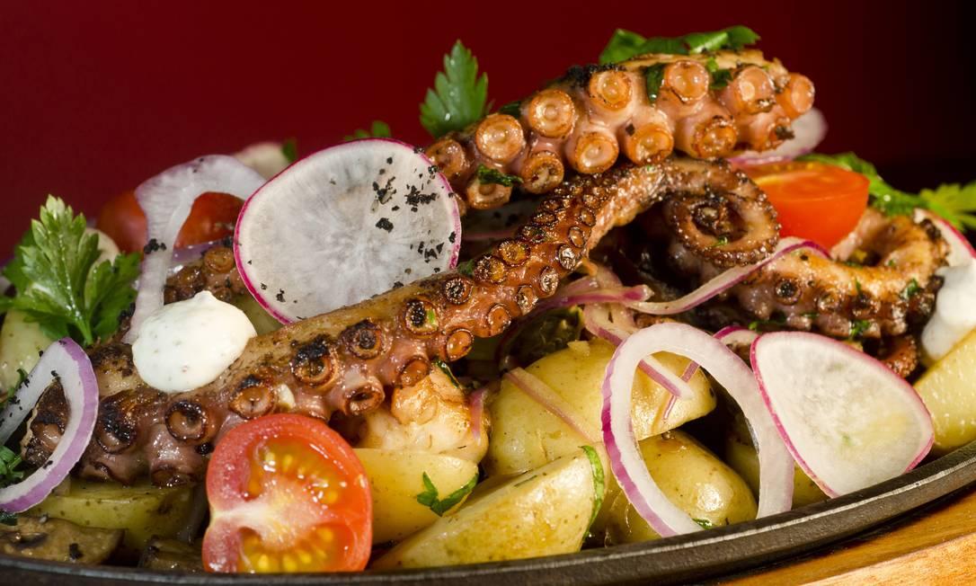No Lima Restobar, o Pulpo Confitado é feito de polvo, salteado de batata, com cogumelos, alcaparras, rabanete doce e arroz cítrico com pimentões (R$125) Divugação