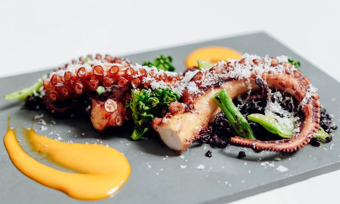 No Bagatelle, o Poulpe Croustillant é servido com polvo crocante , arroz negro cremoso, vegetais tostados e emulsão de sofrito (R$69) Thays Bittar / Divulgação