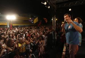Freixo em Oswaldo Cruz com a candidata a vice Luciana Boiteux Foto: Marcelo Carnaval / Agência O Globo