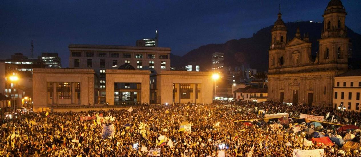 Multidão voltou a tomar as ruas do centro de Bogotá Foto: JOSE MIGUEL GOMEZ / AFP
