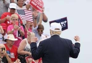 Trump é celebrado por eleitores na Flórida Foto: GREGG NEWTON / AFP