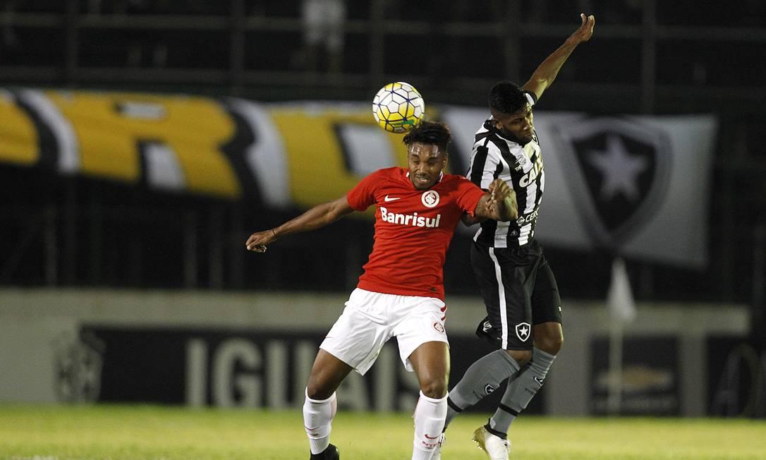 O ex-alvinegro Vitinho disputa a bola com o zagueiro Emerson Vitor Silva/SSPress/Botafogo