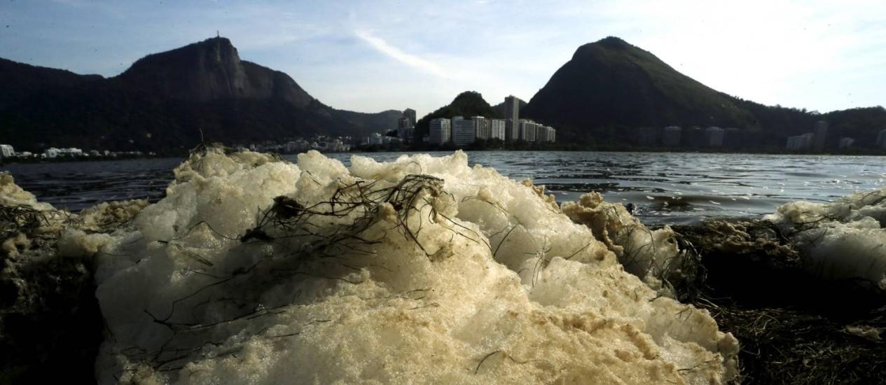 Espuma vista na Lagoa Rodrigo de Freitas, na altura do Clube dos Caiçaras, nesta quinta-feira Foto: Gabriel de Paiva / Agência O Globo