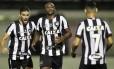 Pimpão, Sassá e Neílton (7) comemoram gol do Botafogo sobre o Internacional, na Ilha do Governador Foto: Vitor Silva/SSPress/Botafogo / Divulgação