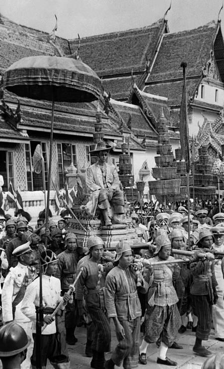Em 1950, rei é carregado em cortejo durante a cerimônia de coroação — o início do culto tailândes por seu líder Foto: STR / AFP
