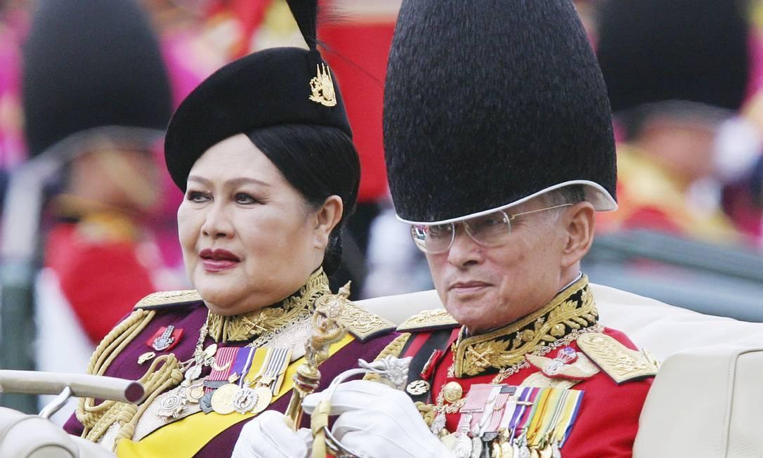 Em 2005, Bhumibol e a rainha Sirikit assistem a guarda de honra durante a cerimônia de comemoração de seus 78 anos Foto: Sakchai Lalit / AP