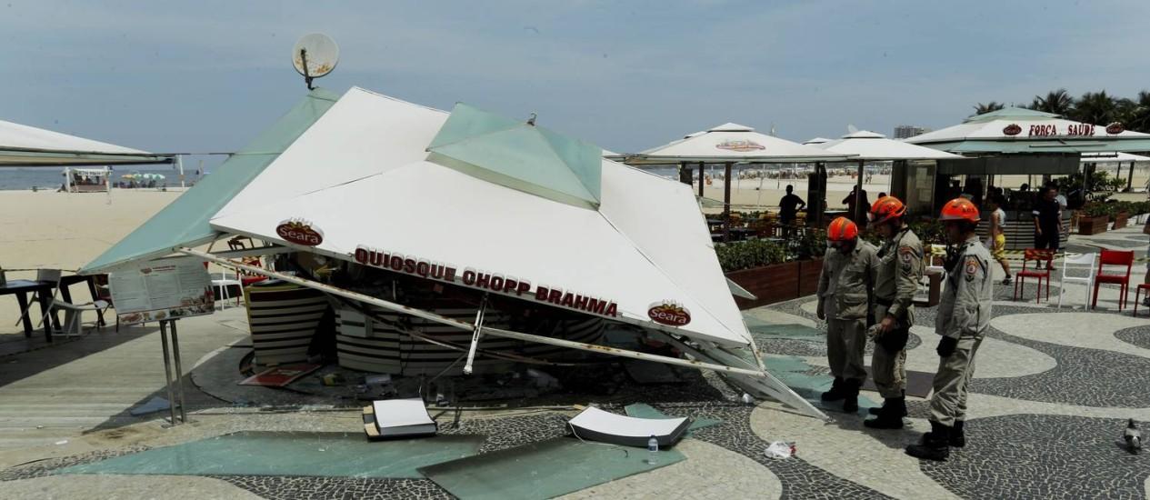 Teto de quiosque desabou na Praia de Copacabana Foto: Gabriel de Paiva / Agência O Globo
