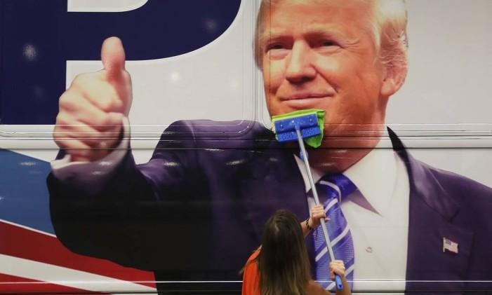 Trump teria forçado um beijo na boca de Rachel Crooks Foto: JOE RAEDLE / AFP