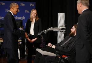 Barack Obama aperta mão mecânica de paciente Foto: CARLOS BARRIA / REUTERS