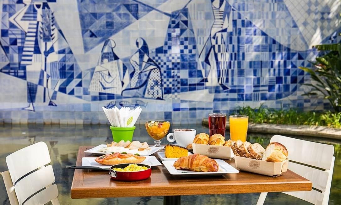 No Empório Jardim, do Insituto Moreira Salles, na Gávea, a varanda diante do mural de azulejos de Burle Marx é convidativa a qualquer hora Tomas Rangel / Divulgação