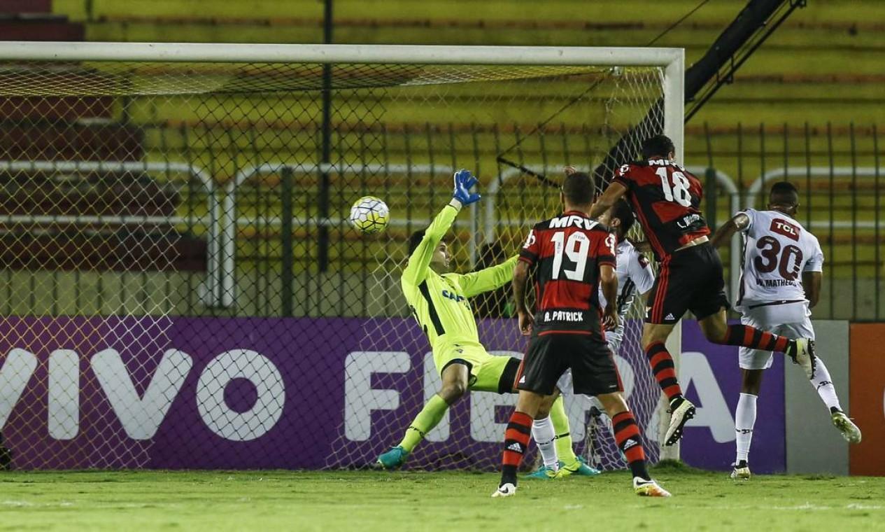 Júlio César não consegue evitar o gol do Flamengo após bola bater no braço de Henrique Foto: Alexandre Cassiano / Agência O Globo