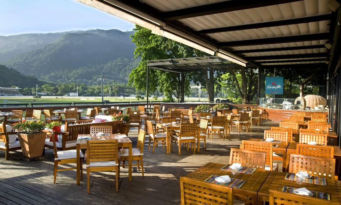 Na varanda do Victoria Rio, no Jockey Club, o clima é ideal para apreciar as belezas do Jockey Club e o Cristo Redendor Alexander Landau / Divulgação