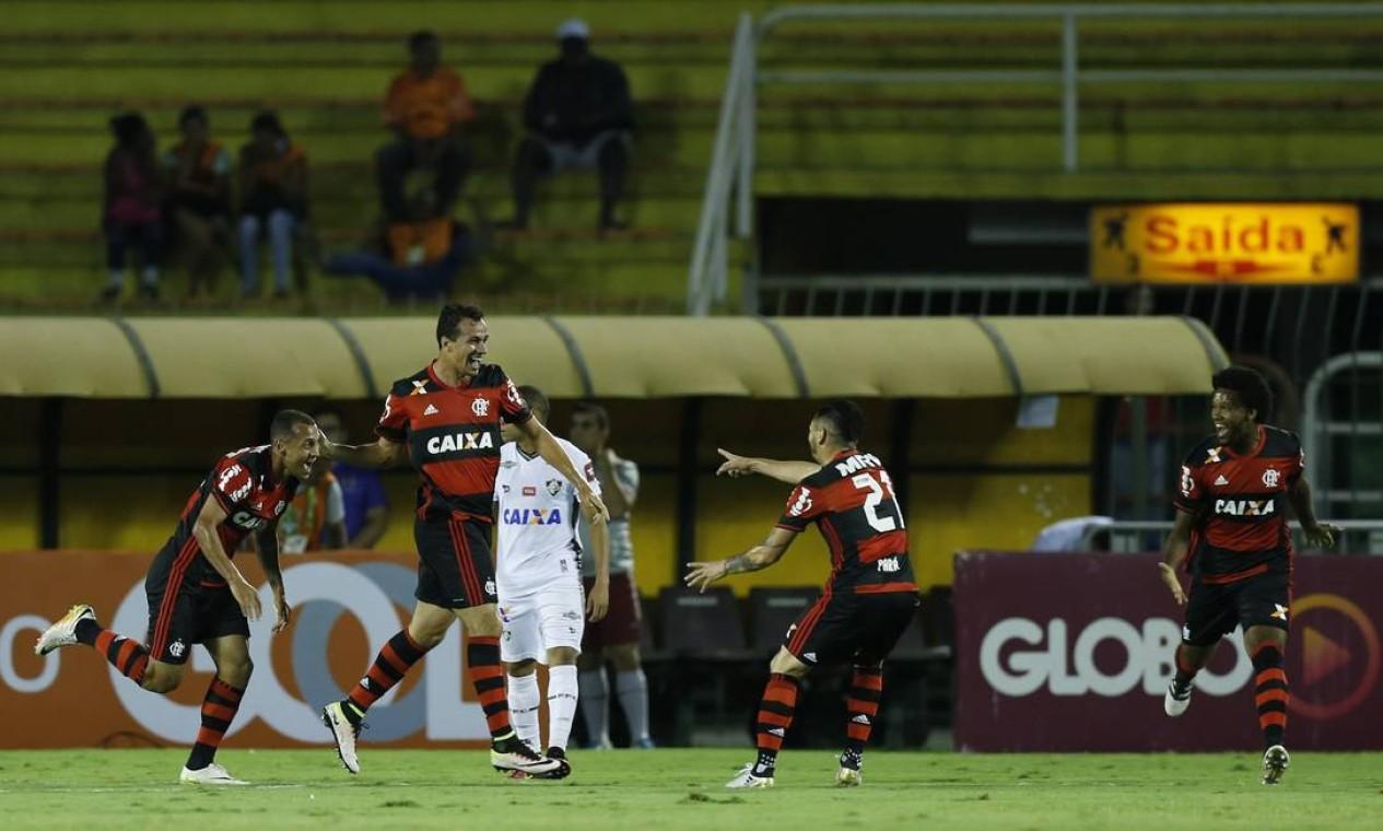 Leandro Damião e Pará comemoram o gol do Flamengo no primeiro tempo Foto: Alexandre Cassiano / Agência O Globo
