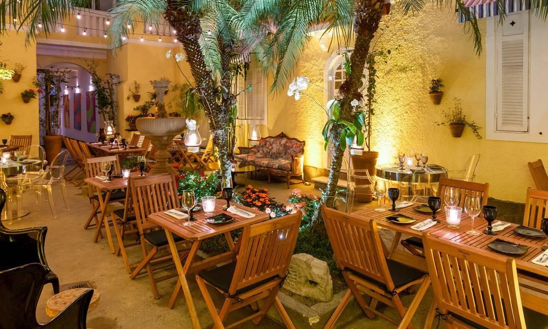 A varanda no Riso Bistrô tem um clima rústico e romântico com mesas de madeira e jardim em volta Frederico de Souza / Divulgação