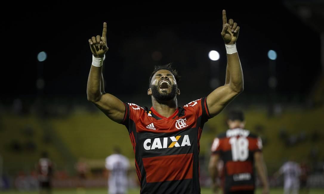 Fernandinho vibra após marcar o segundo gol do Flamengo sobre o Fluminense Foto: Alexandre Cassiano / Agência O Globo