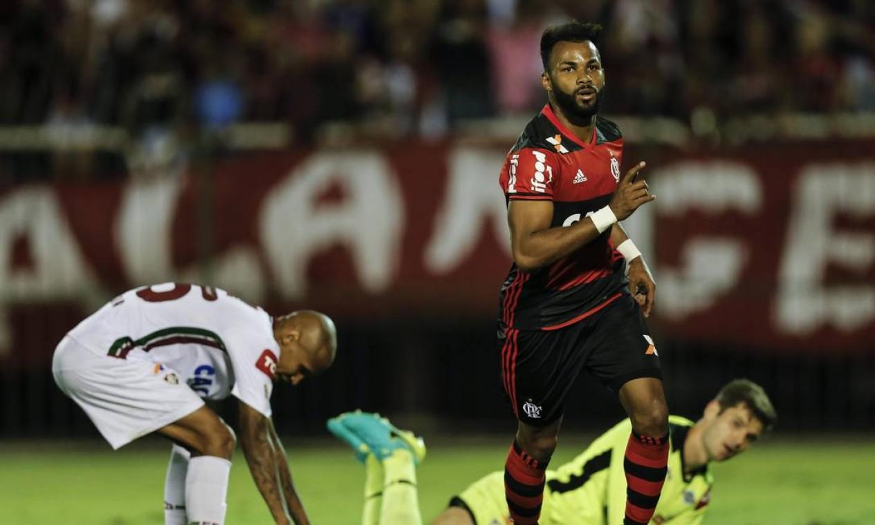 Wellington Silva falhou e Fernandinho aproveitou para marcar o gol da vitória do Flamengo no Fla-Flu Foto: Alexandre Cassiano / Agência O Globo