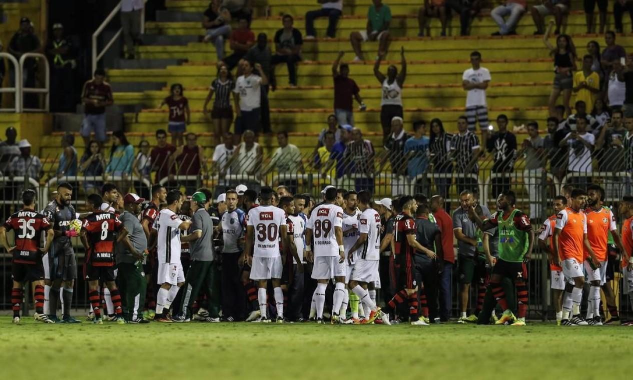 Jogo ficou mais de 10 minutos paralisado após confusão em gol anulado do Fluminense Foto: Alexandre Cassiano / Agência O Globo