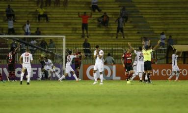 Sandro Meira Ricci atende ao aviso do auxiliar e anula o gol de Henrique no fim do Fla-Flu Foto: Alexandre Cassiano / Agência O Globo