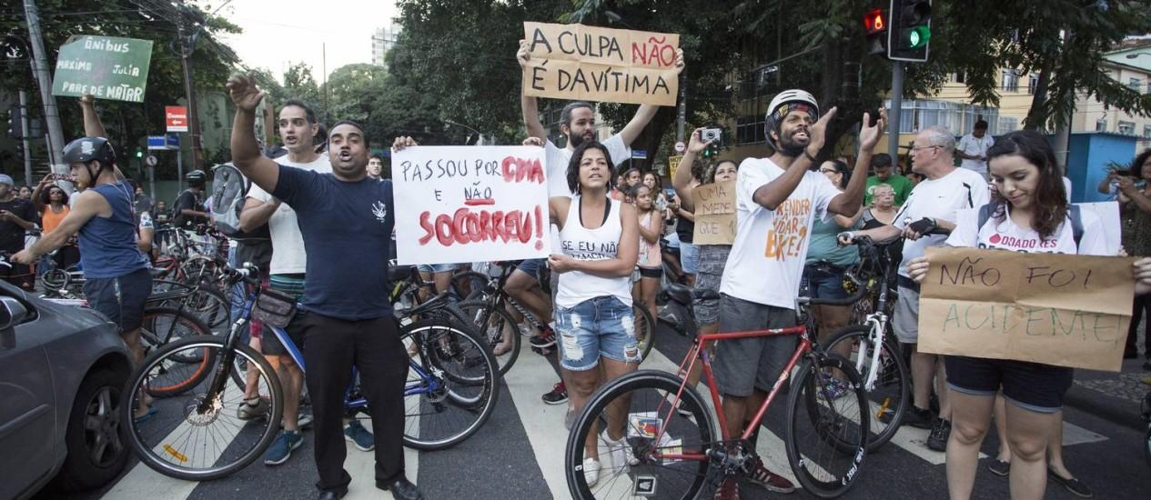 Protesto na Rua Sao Clemente, após o enterro de ciclista atropelada Foto: Ana Branco - 12/10/2016 / Agência O Globo