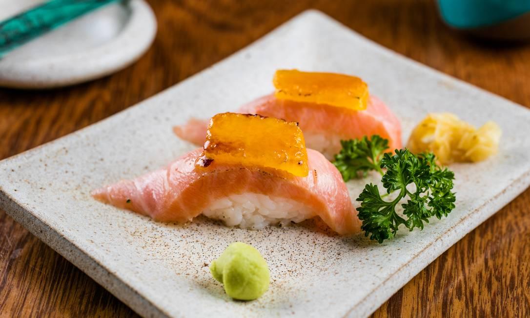 Japa Fusion. O prato do Gurumê tem salmão brulée (R$ 23) coberto por laranja maçaricada no Cointreau Divulgação/Tomás Rangel / Divulgação