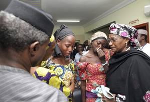Vice-presidente da Nigéria, Yemi Osinbajo, conforta meninas de Chibok libertadas pelo Boko Haram Foto: Sunday Aghaeze / AP