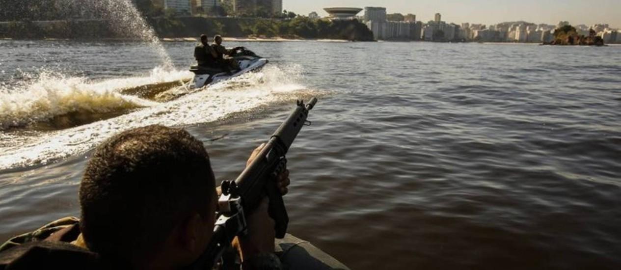 PMs pegam carona em jet ski e bote para prender bandido que fugiu nadando na Praia de Icaraí Foto: Divulgação/Polícia Militar