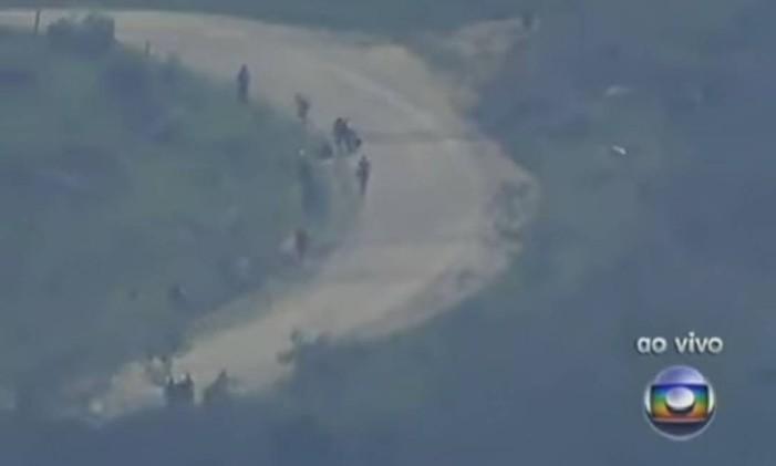 Bandidos fogem para o Alemão, após tanques da Marinha invadirem a Vila Cruzeiro Foto: Reprodução da TV