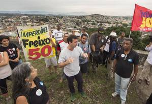 O candidato do PSOL à prefeitura, Marcelo Freixo, acompanhado de artistas e produtores culturais da região de Honório Gurgel Foto: ANTONIO SCORZA / Agência O Globo