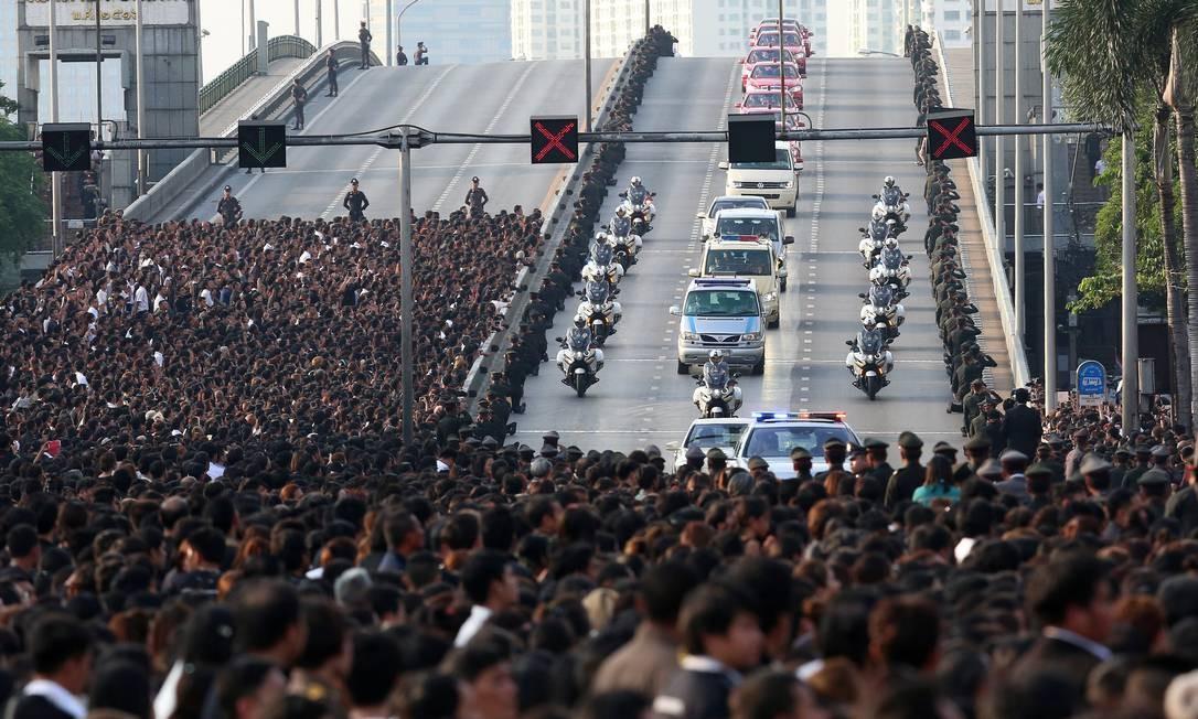 Carreata com o corpo do rei Bhumibol Adulyadej, é acompanhada por milhares de tailandeses Foto: STRINGER / REUTERS