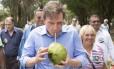 Crivela bebe água de coco no Aterro do Flamengo