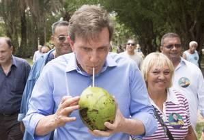 Crivela bebe água de coco no Aterro do Flamengo Foto: Antonio Scorza / Agência O Globo