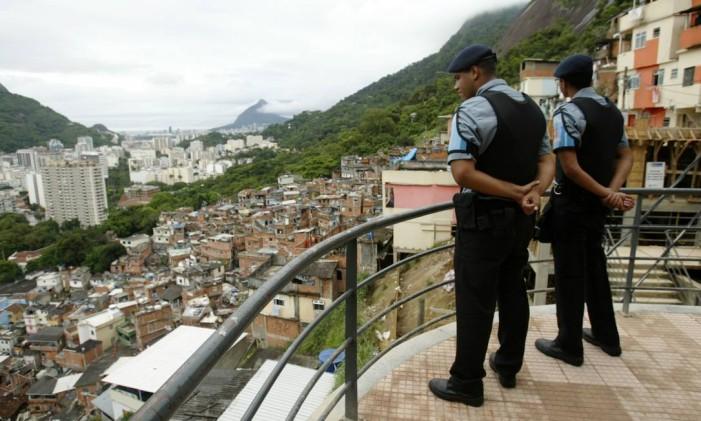 PMs da UPP observam o comunidade do Dona Marta Foto: André Teixeira - 19/12/2008 / Agência O Globo