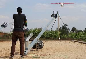 Um técnico em robótica observa enquanto um drone parte carregando sangue para um hospital em Ruanda Foto: STEPHANIE AGLIETTI / AFP