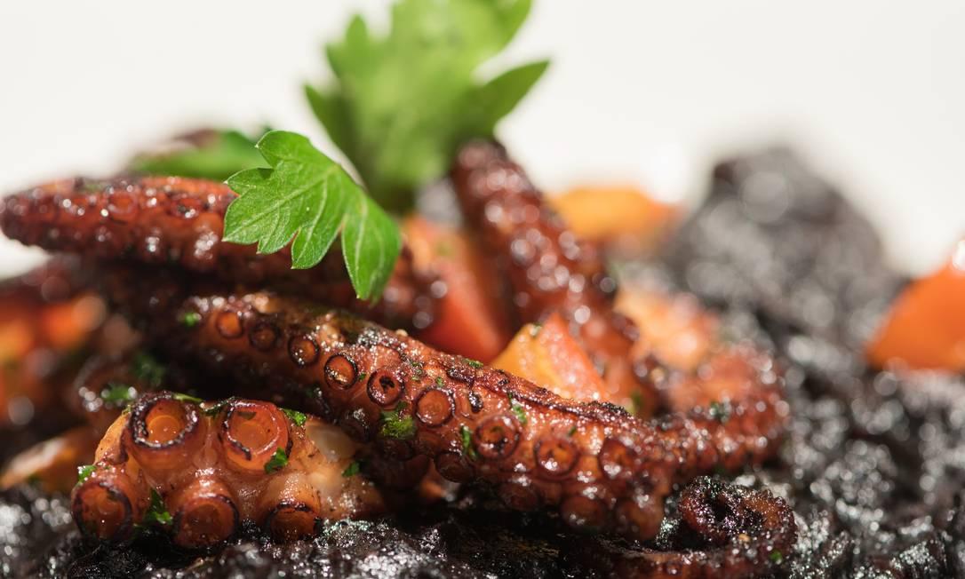 No charmoso Flashback, o chef Pierre Landry sugere o Risoto de polvo, preparado com arroz negro, polvo salteado e cubos de tomates frescos, finalizado com tinta de lula (R$81) Nelson Porto / Divulgação