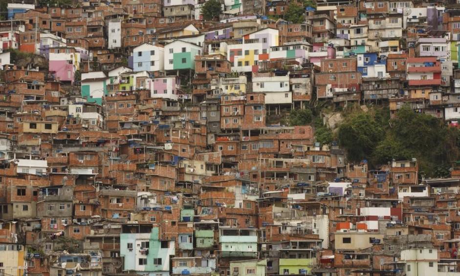 O emaranhado de casas, hoje de alvenaria, ocupa a encosta do Morro Dona Marta Foto: Daniel Marenco / Agência O Globo