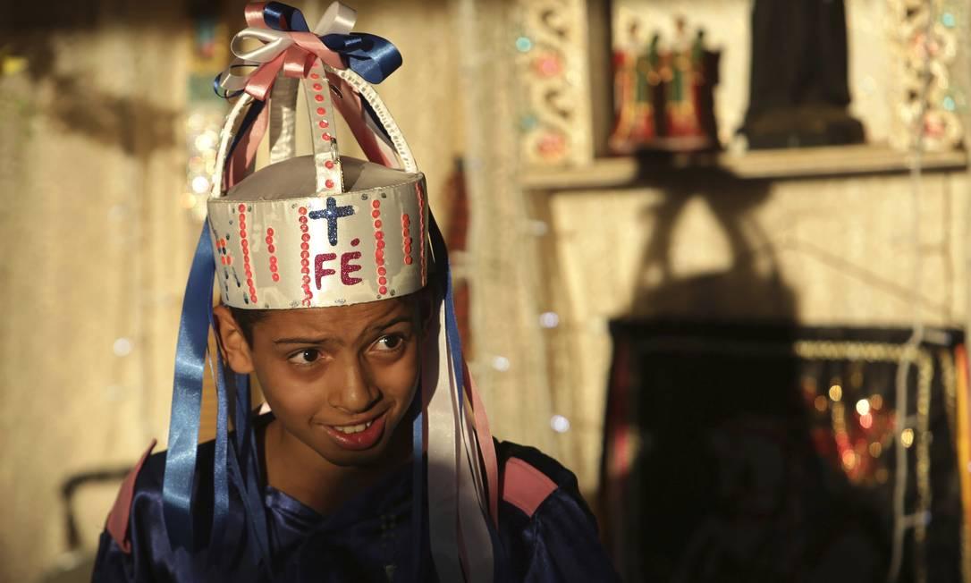 Famílias oferecem comida a artistas que dançam de Nossa Senhora do Rosário como forma de cumprir uma promessa Eraldo Peres / AP