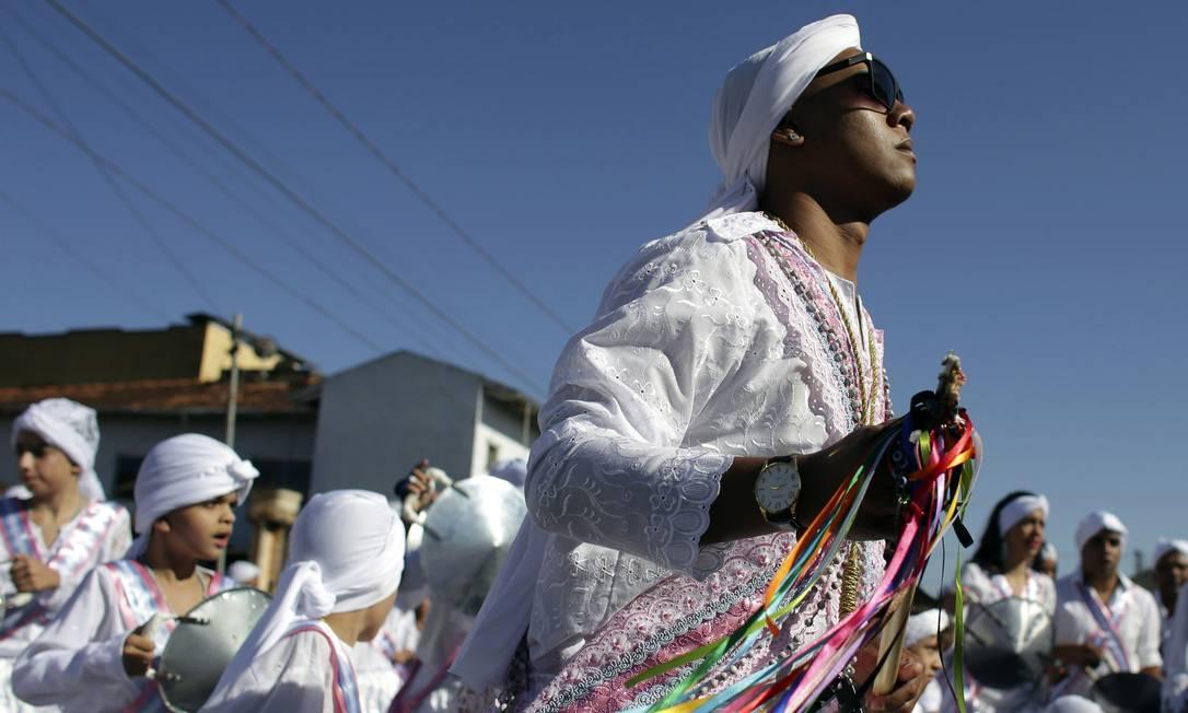 Matheus Alves, do grupo de dança Moçambique, durante a celebração anual afro-cristã Congada em Catalão, Goiás. Seu turbante é a assinatura do grupo, uma vez que presta homenagem a São Benedito e Nossa Senhora do Rosário Eraldo Peres / AP