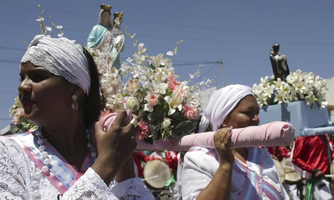 Mulheres carregam as imagens de Nossa Senhora do Rosário e São Bento Eraldo Peres / AP