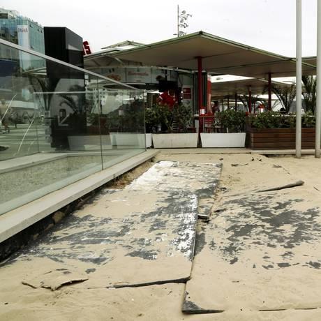 Quiosques da orla de Copacabana, onde unidade desabou na quinta-feira, apresentam outros problemas Foto: Gabriel de Paiva